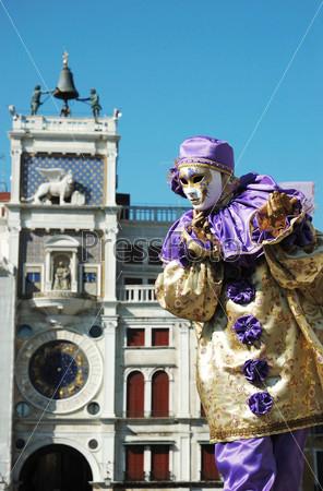 Мим в костюме на площади Святого Марка в Венеции во время карнавала 2011 года, Италия