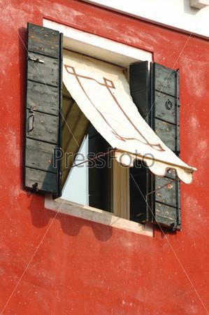 Фотография на тему Старинное окно на красной стене, Венеция, Италия