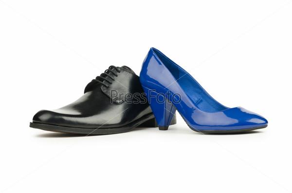 Женская и мужская обувь на белом фоне
