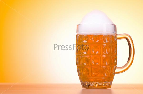 Фотография на тему Стакан пива на столе