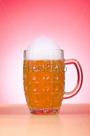 Стакан пива на столе