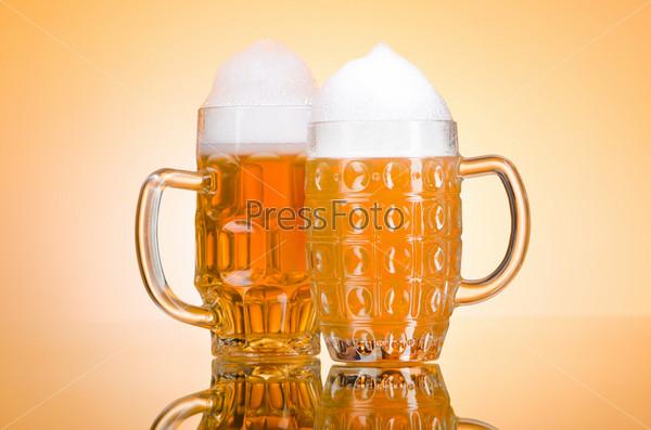 Фотография на тему Стаканы пива на столе