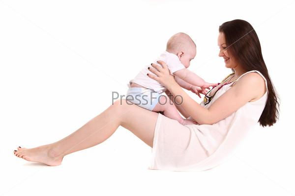 Молодая мама играет с сыном на белом фоне