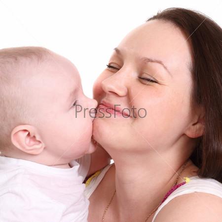 Молодая мама с сыном крупным планом  на белом фоне