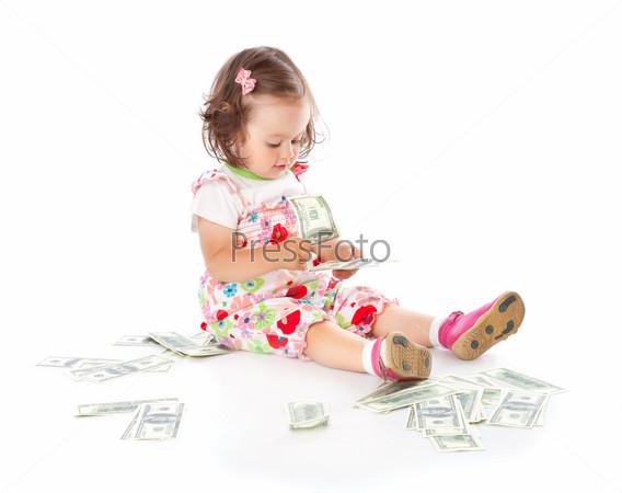 Маленькая девочка с деньгами, изолированная на белом фоне