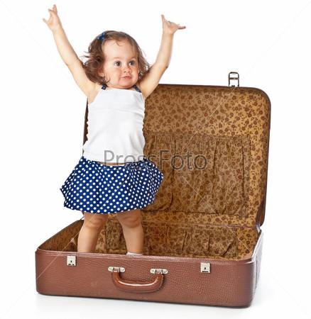 Фотография на тему Симпатичная девочка в чемодане, изолированная на белом фоне
