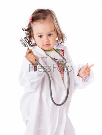 Маленькая девочка играет в доктора, изолированная на белом фоне