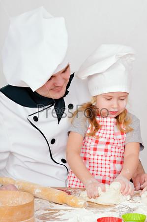 Шеф-повар учит девочку месить тесто