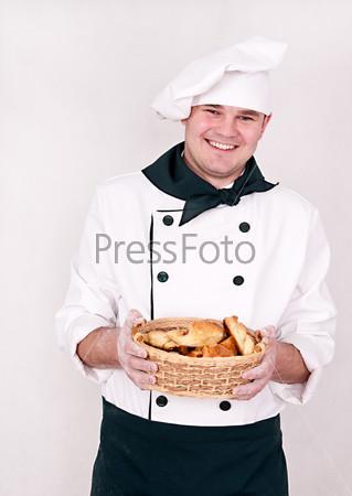 Фотография на тему Шеф-повар держит корзину с булочками, изолированный на белом фоне