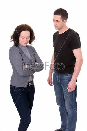 Ссора между мужем и женой, изолированными на белом фоне