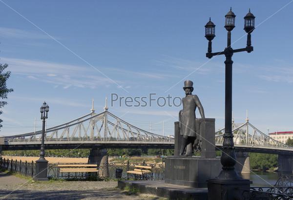 Фотография на тему Памятник А.С.Пушкину на берегу реки Волги в городском саду города Твери на фоне Старого моста