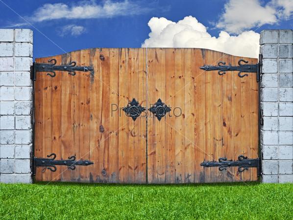 Старинные деревянные ворота на белом фоне