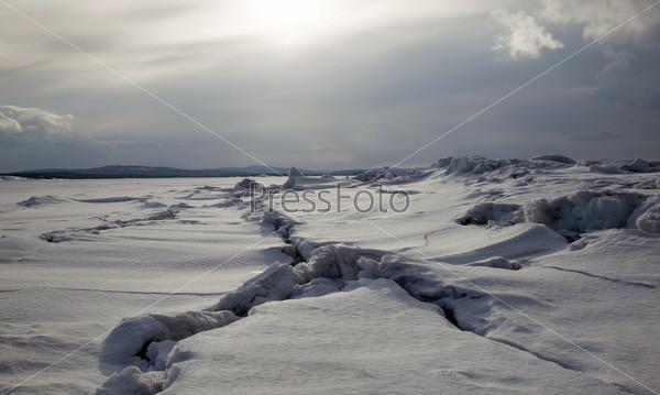 Северный величественный пейзаж в мрачных тонах