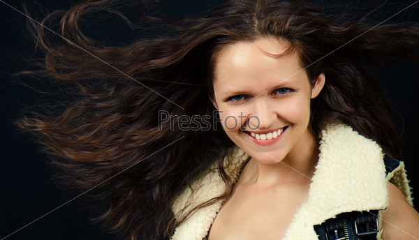 Привлекательная девушка с развевающимися волосами
