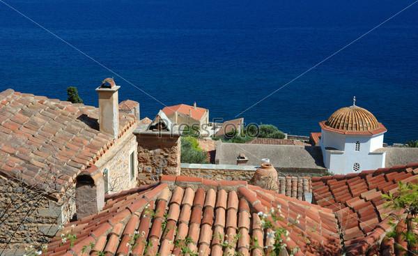 Черепичные крыши старинного византийского города Монемвасия на восточном побережье Пелопоннеса, Греция