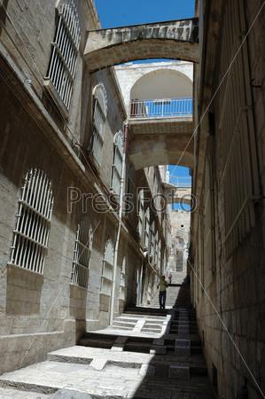 Одинокий пешеход на узких улицах старого Иерусалима, Израиль