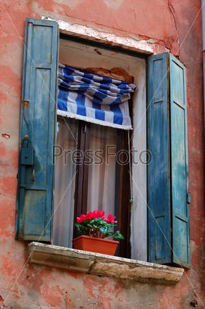 Красивое старинное окно с цветами в Венеции, Италия