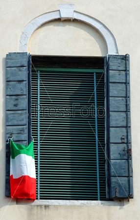 Фотография на тему Старинное венецианское окно с итальянским флагом, Италия