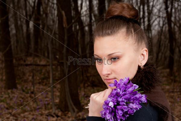 Фотография на тему Красивая девушка с подснежниками в лесу