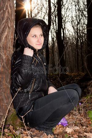 Красивая девушка с подснежниками в лесу