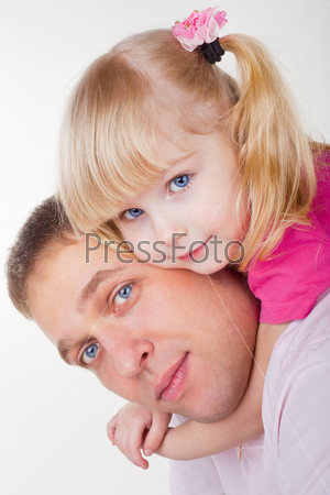 Фотография на тему Отец держит дочь на плечах на белом фоне