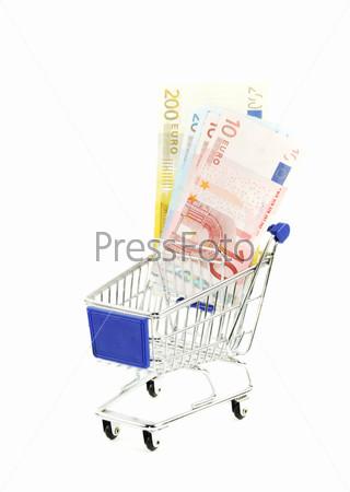 Магазинная тележка с и евро на белом фоне