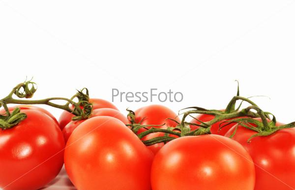 Свежие красные помидоры, изолированные на белом фоне