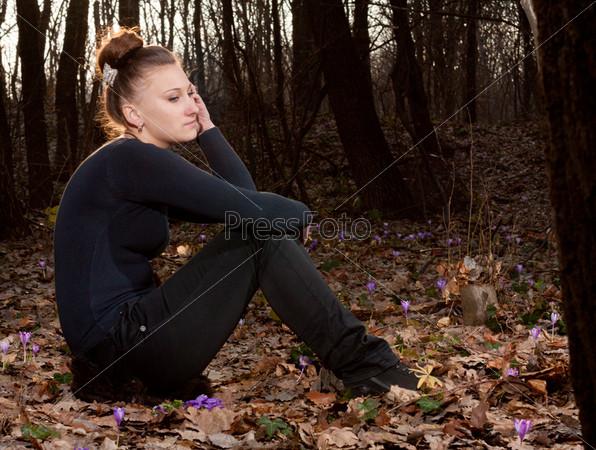 Красивая девушка на фоне весеннего леса