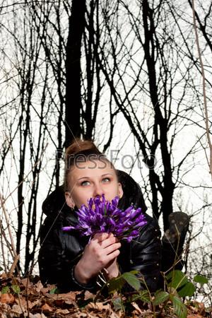 Фотография на тему Красивая девушка на фоне весеннего леса