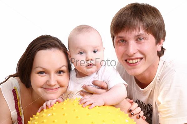 Портрет молодой семьи на белом фоне. Папа, мама и малыш
