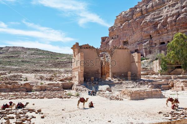 Храм Dushares и незавершенные гробницы в Петре, Иордания