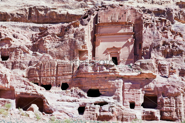 Фотография на тему Гробницы и храм в каменном городе Петра, Иордания