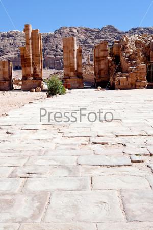 Улица колонн в каменном городе Петра, Иордания