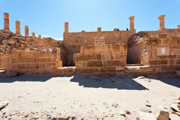 Фотография на тему Руины Великого храма в Петре, Иордания