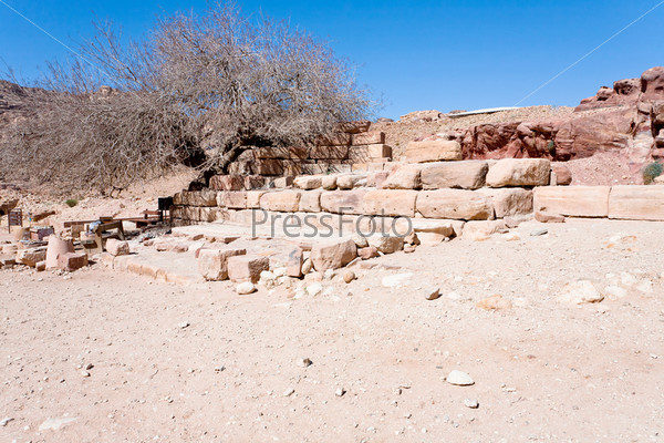 Руины высохшего Нимфейского фонтана в Петре, Иордания