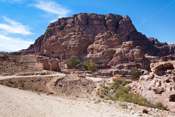 Фотография на тему Храм Душарес и Незавершенные гробницы в древнем городе Петра, Иордания