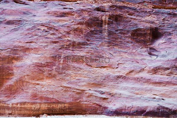 Разноцветный песчаник на стенах ущелья Сик в Петре, Иордания
