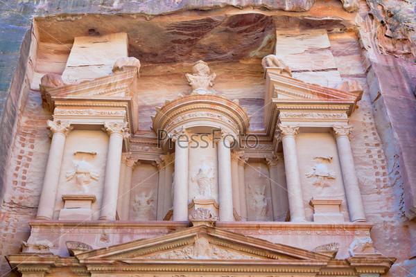 Верхний уровень фасада Казначейства в древнем городе Петра, Иордания
