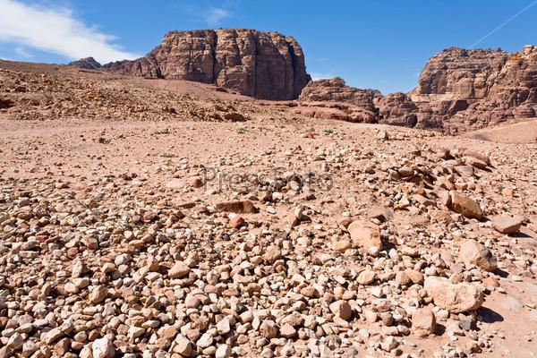 Каменная пустошь в горной долине в древнем городе Петра, Иордания