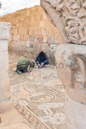 Фотография на тему Реставраторы работают в византийской церкви, обнаруженной в 1990 году Кеннетом У. Расселом на склоне Улицы Колонн