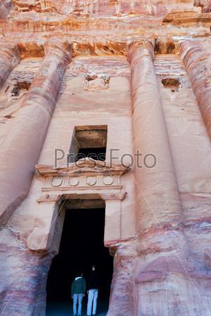 Ворота в Гробнице Урны в древнем городе Петра, Иордания