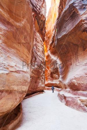 Фотография на тему Узкое ущелье Сик в древнем городе Петра, Иордания