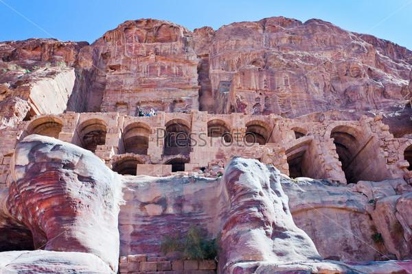 Фасад Гробницы Урны в древнем городе Петра, Иордания
