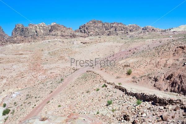 Перекресток на каменной пустоши в Петре, Иордания