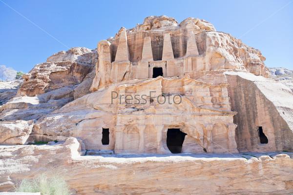 Фотография на тему Гробница обелисков и Пиршественный зал Ворот в Сик в древнем городе Петра, Иордания