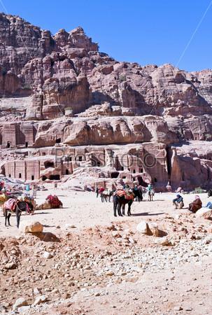 Фотография на тему Лагерь бедуинов на Улице фасадов в древнем городе Петра, Иордания