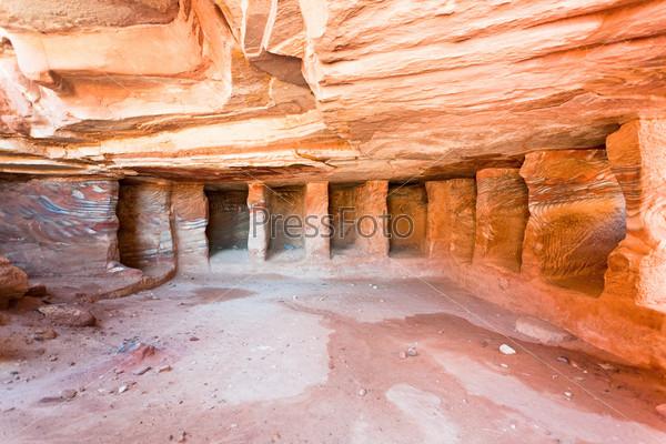 Интерьер древней гробницы или жилища в пещере песчаника в Петре, Иордания