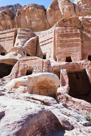 Древние каменные дома на Улице фасадов в древнем городе Петра, Иордания