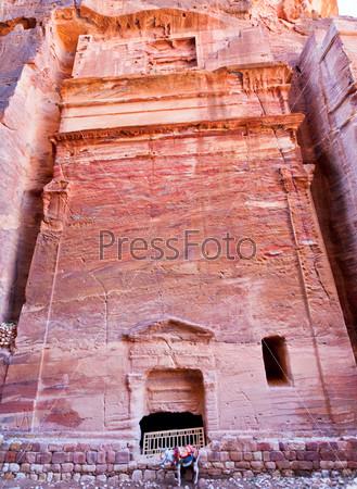 Набатейская гробница в каменной стене ущелья Сик в Петре, Иордания