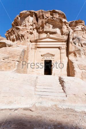 Древняя гробница около входа в Маленькую Петру, Иордания